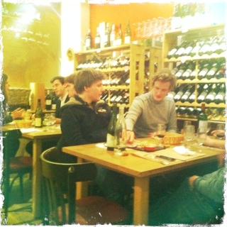 Un bar vin caviste d exception dans un passage secret a hidden wine bar in paris - La bouteille sur la table ...
